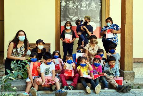Niñas y niños en visita al Museo de la Educación