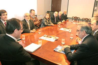 Reunión del 15 de junio en el Mineduc, entre autoridades superiores y gremios de la Universidad, donde solicitaron al ministro Beyer acelerar el envío del proyecto de ley.